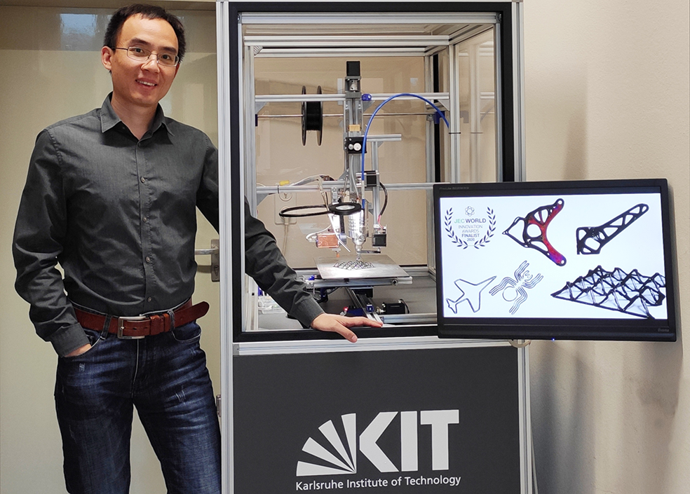 Dr. Nanya Li with the SARPENS prototype, which has a production speed ten times faster than conventional 3D printers (Image: Dr. Nanya Li / KIT).
