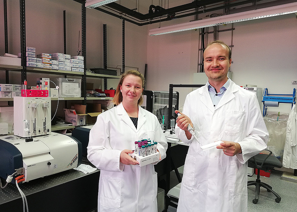 Laura Grimm and Dr. Frank Biedermann with their idea: The detection of neurotransmitter using fluorescent zeolite-based receptors. (Image: Joana Krämer / KIT)